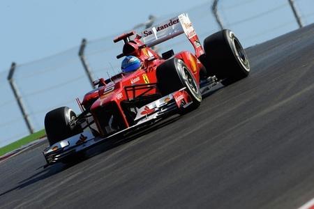 A Fernando Alonso se le complica la carrera