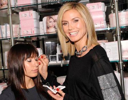 Heidi Klum presenta la colección de maquillaje de primavera de Victoria's Secret