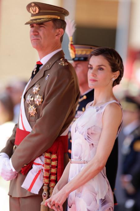 La reina Leticia nos deja un look ideal para un evento en verano