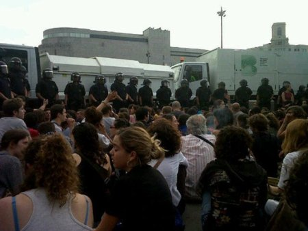 Artur Mas ordena desalojar por 'higiene' a los acampados