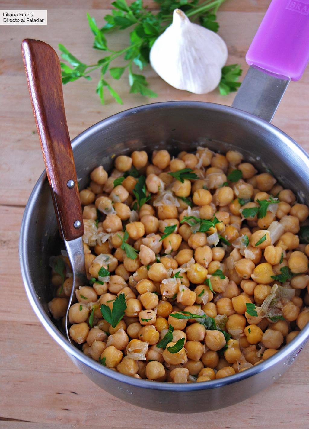 Garbanzos con ajo asado: receta vegana muy fácil llena de sabor (y que no repite)