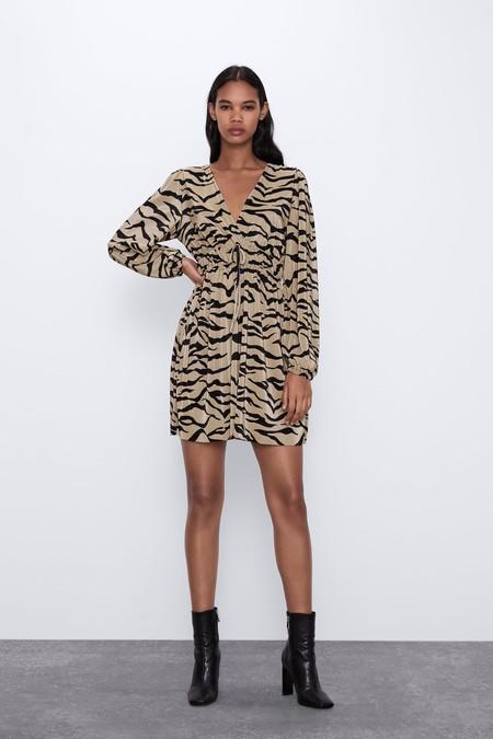 Vestido de escote pico y manga larga abullonada acabada en elástico