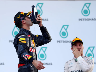 ¡Sorpresa! Daniel Ricciardo gana y vuelve a beber de la bota en el GP de Malasia de F1