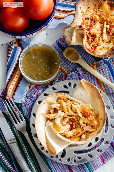 Tinga de pollo en cazuela de tortilla. Receta mexicana fácil