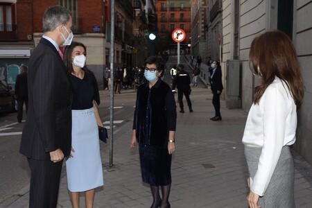 Doña Letizia se adelanta a la primavera con esta falda lápiz azul que es la prenda estrella entre las royals