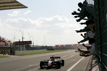 Giorgio Pantano gana la primera carrera y se pone líder