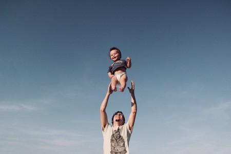 Los niños aprenden destrezas importantes para la vida jugando a juegos de contacto físico con sus papás