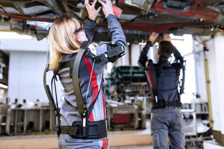 Para qué (y cómo) se están usando los exoesqueletos en las fábricas españolas
