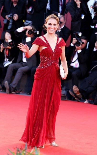 Los looks de Natalie Portman en el Festival de Venecia: elegancia vestida de rojo