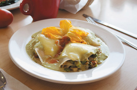 Crepas de flor de calabaza con queso y elote. Receta fácil para el desayuno