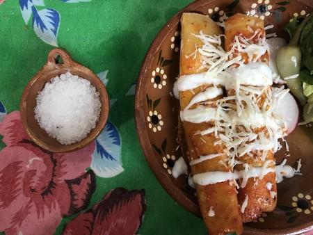 Receta fácil para preparar Enchiladas Zacatecanas como desayuno, comida o cena