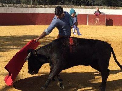 El Defensor del Menor de Andalucía se pronuncia sobre la foto de Francisco Rivera toreando con su hija en brazos