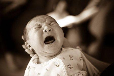 Las mujeres se despiertan antes que los hombres cuando un bebé llora