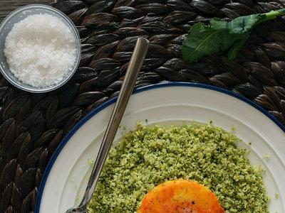 Falso cuscús de brócoli con huevo a la cúrcuma. Receta saludable y muy fácil