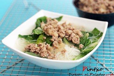 Noodles de arroz, acelgas y cerdo. Receta