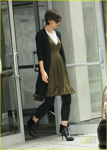 Katie Holmes se pasa del baggy jean a los leggins con vestido