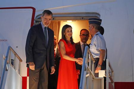 Doña Letizia escoge su color fetiche para la llegada a Estados Unidos: todo al rojo es la apuesta de la reina