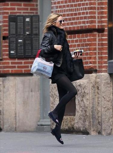 Olivia Palermo lleva slippers, ¿se los habrá robado al cañón de su novio?