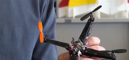 Un dron que despliega sus brazos al echar a volar y cabe en la palma de tu mano
