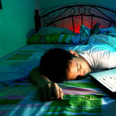 El uso de pantallas antes de dormir afecta a la calidad y duración del sueño de niños y adolescentes de entre 0 a 15 años
