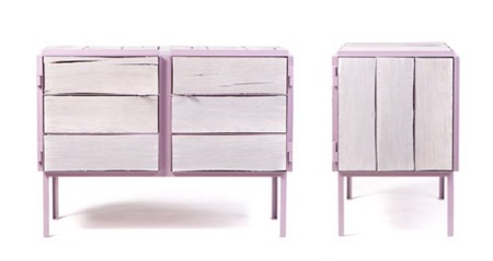 Curiosos muebles de falsa madera, hecha con viejos periódicos