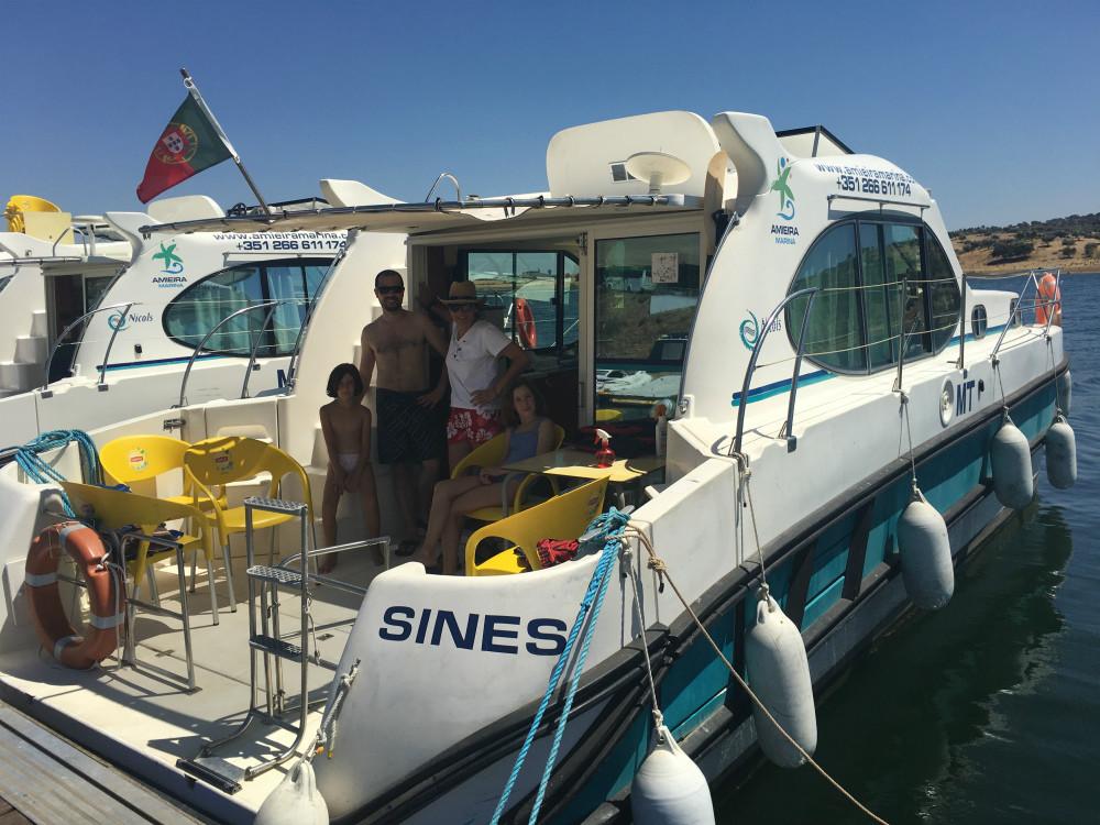 Viajes para disfrutar con niños. Recorrer el Alentejo viajando y durmiendo en las casas barco del lago...