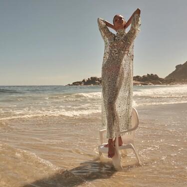 Zara se ha propuesto que este verano no perdamos un ápice de estilo ni para ir a la playa, y si hace falta, ir allí con lentejuelas