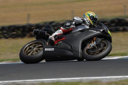 Troy Bayliss sigue marcando el ritmo en Australia