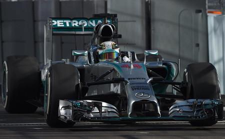 Lewis Hamilton se encarga de mantener a Mercedes en cabeza