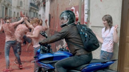 Tomatina y motos, la extraña combinación de Bajaj