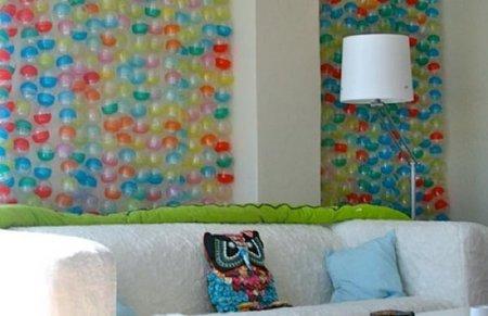 Una mala idea: forrar una pared con cápsulas de plástico de juguetes