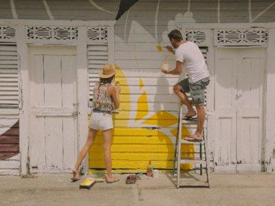 ¡Boa Mistura lo ha vuelto a hacer! Alegre y colorista rehabilitación de varias casas en Santo Domingo