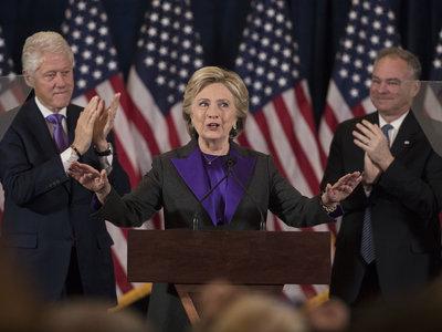 Hillary Clinton escogió un traje negro y morado para su discurso tras la derrota frente a Trump, ¿Por qué?