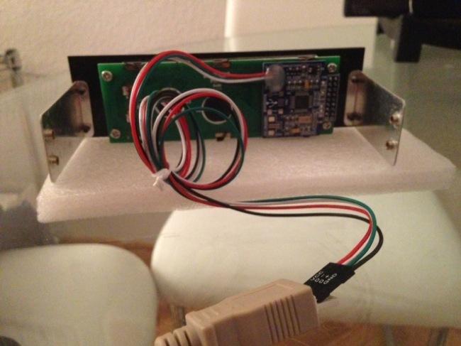 El display visto por detrás y el conector enganchado al conector hembra modificado
