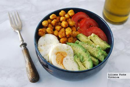 Garbanzos tostados con aguacate, tomate y huevo. Receta saludable