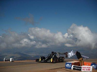 Romain Dumas gana su tercer Pikes Peak pero se queda lejos del récord de Loeb