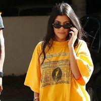 Kourtney Kardashian pasa de marcar silueta y opta por una camiseta XXXL (y no es la única) ¿Será tendencia?