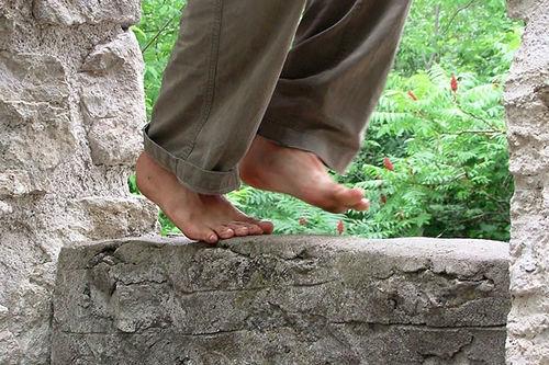 como adelgazar andando descalzos