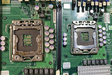Siete horas para limpiar un rack y poder volverlo a utilizar: el antes y el después de un servidor ensuciado por el humo de un incendio