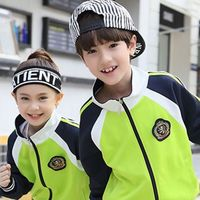 """En China ya hay colegios con """"uniformes inteligentes"""" que rastrear la ubicación de los estudiantes y sus actividades"""