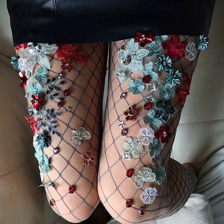 Si detestas las medias de rejilla estos diseños con detalles florales te harán cambiar de opinión