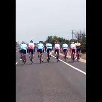 El vídeo viral de los ciclistas que se explica legislación en mano y no en la barra del bar