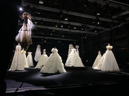 Valentino cambia su desfile de Alta Costura por una performance donde las modelos flotan en un mar de luz