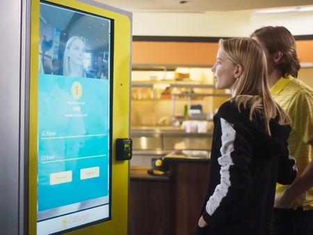Este restaurante sustituirá a sus cajeros con sistemas de reconocimiento facial: tu rostro para pedir una hamburguesa