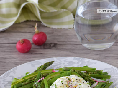 Ensalada templada de espárragos verdes con huevo poché: receta fácil y saludable