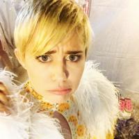 Miley Cyrus se pasa al diseño de tatuajes por una buena causa