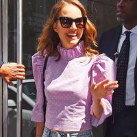 Vaqueros y blusa romántica: la combinación perfecta para estos días previos al verano. Palabra de Natalie Portman