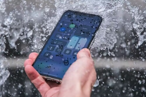 Mitos y verdades sobre cómo resucitar un móvil mojado