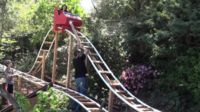 """El mejor padre """"maker"""" de la historia: enseña física haciendo su propia montaña rusa en el jardín"""
