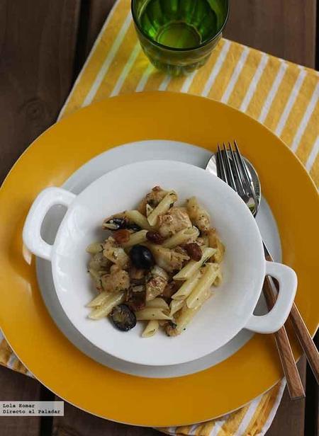 Macarrones con bacalao, aceitunas y pasas. receta